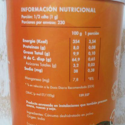 Información nutricional c´rcuma: Porción: 1/2 cdta. (1g) Porciones por envase: 230. 1 porción aporta 3,54 calorías, 0,08 g de porteína, 0,10 de grasa total, 0,65 de carbohidratos, 0,03 de azúcares totales, 0,38 mg de sodio y 8% de la dosis recomendad de manganeso. Origen : India. Envasado en instalaciones que también procesan nueces, avena y soja