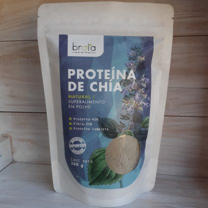 """Sobre con proteína de chía,con imagen de la planta de chia y """"ventana"""" plástica donde se aprecia el polvo color grisáceo,"""
