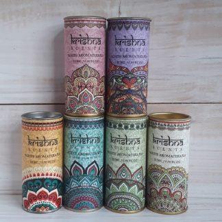 cajitas de esencias aromáticas Krishna de diferentes aromas. Adentro contienen el frasco con la esencia