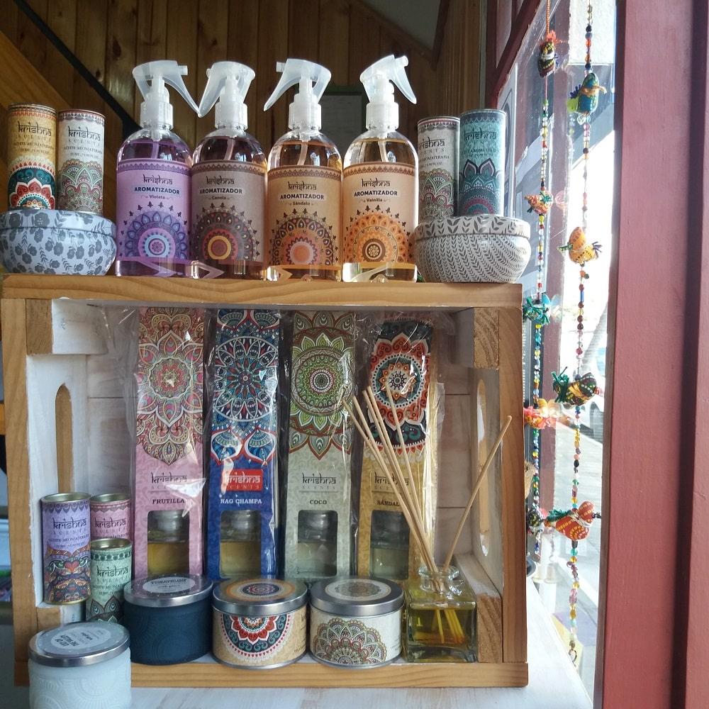 Aromatizadores de la india: mikados (con varitas) en envase con gatillo spray, velas aromáticas en diferentes envases muy decorativos, aceites esenciales para difusores Todo en variados aromas. Consulta cuáles tenemos en este momento